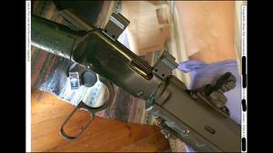 När polisen hittade geväret på golvet var det skarpladdat och skjutklart. Foto: Polisen, ur förundersökningsprotokollet