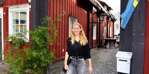 Tillbaka på brottsplatsen. Här – mellan Roslagens bokhandel och tobaksaffären på lilla torget – drev fjortonåriga Tora Holmström sin pop up-second handbutik under två månaders tid.