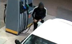 En av rånarna tankade en bil med offrets bankkort. Bild från polisens förundersökning.