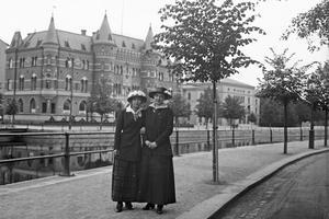 Lilli Hultman och Edit Lööw promenerar på Södra Strandgatan, 1910-tal. Fotograf: Johan Ivar Lööw