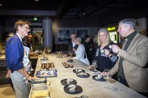 En av Naturajs kockar, Emil Pauna, pratar mat med Camilla Nilsberth och Håkan Svelander.