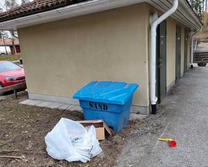 Miljöfarligt avfall i form av kasserade lysrör slängda utanför soprummet. Foto: privat