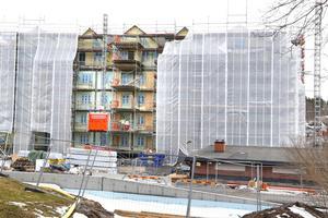 Hamnhus 1 ser i dag ut som ett paket. I slutet av augusti kommer de första invånarna i nya stadsdelen Norrtälje Hamn att kunna flytta in.