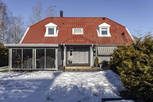 Foto: Mattias Elovsson, RE Media. Etta på klicktoppen ligger denna villa på Vadarvägen 4 i Örebro.
