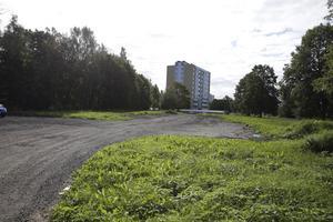 Om någon månad inleds på den här tomten bygget av ett gruppboende för sex unga funktionshindrade. Inflyttning beräknas ske om ungefär ett år.