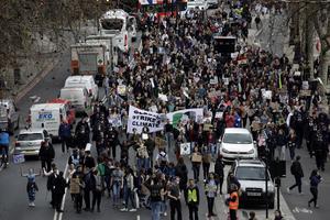 Unga människor protesterar världen över för att lyfta klimatfrågorna, bland annat inspirerade av svenska Greta Thunberg. Foto: TT/AP/Matt Dunham