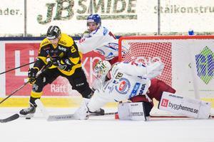 VIK och Oskarshamn har mötts tre gånger den här säsongen. Oskarshamn har vunnit två, men Gulsvart tog tre poäng senast i ABB Arena. Foto: Tobias Sterner / BILDBYRN