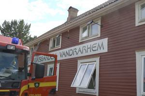 Torgåsgårdens vandrarhem skymdes av räddningstjänstens fordon under torsdagseftermiddagen.
