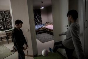 Furkan och Resul kickar boll i hallen utanför sina systrars rum. Livet måste ändå gå vidare, då blir fotbollen ett sätt att få tankarna på nått annat.