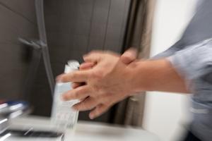 Följ myndigheternas uppmaningar och tvätta alltid händerna med tvål och vatten efter toabesök.
