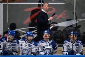 Jens Nielsen i båset med sina spelare. Foto: Bildbyrån.