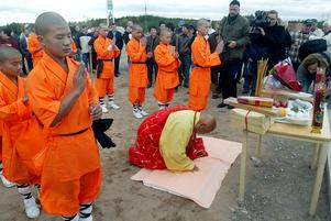 Bild: Pernilla Wahlman datum: 2005-10-21. 22 orangeklädda buddhistmunkar intog torget framför hotellet. Tillsammans med sin ledare Shaolinmästaren, Mao Younghan, 73 år, utförde de en invigningsritual vid buddhastatyn.