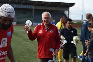 Göran Dahlberg, som var med och startade Härnösands FF, fick pris av Amamoo i halvtid.