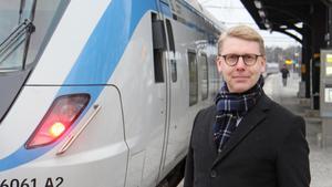 Kristoffer Tamsons vill inte utesluta möjligheten att få pendeltåg till Nykvarn - men ser hellre att man satsar vidare på regionaltågen och direktbussar.