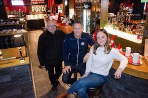Lars Fridlund, samarbetspartner, Ola Hermansson, krögare, och Sara Fosshaug, restaurangansvarig, tar sikte på fjällen och nya satsningen i Vargen, Vemdalen.