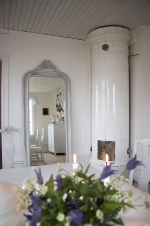 Matsalen är ett av de många rum i huset som har kakelugn.