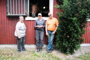 Susanne Demmers, Sofia Eriksson och Michael Demmers med hingsten Quevert bjöd deras besökarna på en annorlunda förmiddag.