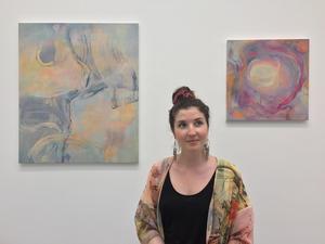 Josefine Cohen från Örebro är redo att ta klivet ut i konstvärlden. Oljemålningarna ingår i serien Flows & Knots och visas på Konstfack.Foto: Adam Ytterberg