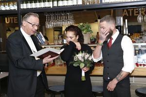 Tårar, skratt och kyssar. Det spelar ingen roll var vigsel hålls, nervositeten och lyckan finns där ändå. Laila Flodman och Torbjörn Breidebyh Nyström kunde äntligen komma till skott och gifta sig när drop-in-bröllop hölls på Ica Flygfyren på alla hjärtans dag.