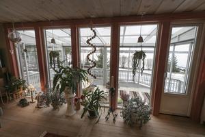 Spjälorna och snickarglädjen på verandan är i samma stil som när huset byggdes 1900. När paret skrapade fasaden för att måla insåg de att de valt samma färg som den ursprungliga.