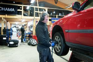 Inom kort är det rusning till däckfirmorna för alla bilister som vill hinna byta däck innan den värsta halkan kommer.  Eddie Ström på Däckshopen i Sandviken har redan fullt upp.