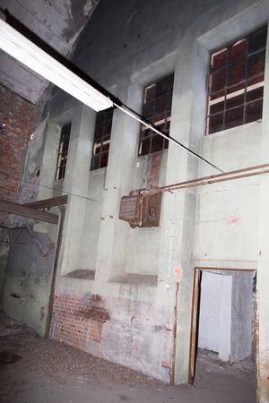 I ena änden av byggnaden stod ugnarna på den tid det var ett gjuteri här. Även här har det varit ljusinsläpp genom höga fönster, vars fönsternischer man kan se spår av.