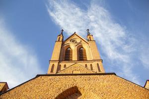 Trönö kyrka är inte längre helt täckt av tak. Från förgården kan man se rätt upp i himlen.