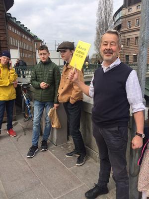 Kalle Güettler från Häverö besöker Mynttorget två till fyra fredagar i månaden.