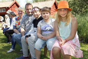 Familjen Johansson firar traditionsenligt vid Möklinta hembygdsgård, idag med tre av sina åtta barn. Från vänster: Maria, Lasse, Oliver, Wilgot och Danielle.