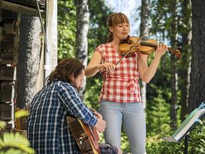 Johan och Nina spelar tretakt. Foto: Claes Rosenqvist