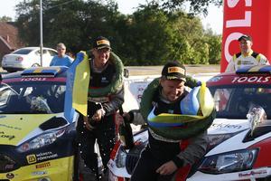 Martin Berglund (till höger) och kartläsaren Joakim Gevert har ett pommackrig efter målgången.