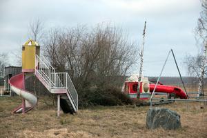 Färgglada och slitna – lekredskapen vid nedlagda Stora Baren kan bli en magnet som lockar barn ut i trafiken befarar ansvariga på kommunen.
