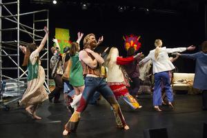 Esteteleverna varvar smidigt sång och dans med repliker och skådespel.