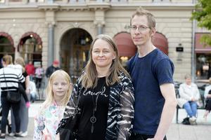 Emilia Bergkvist, Viola Bergkvist och Lars Wikner från Alnö hade tagit sig till tisdagskvällens folkfest i Sundsvall.