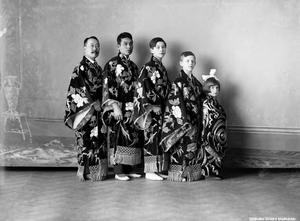 Japansk cirkustrupp. Cirkus Franconi med cirkusdirektör Andos. Fotoateljé Ebba Sundevall & Co. Bildkälla: Örebro stadsarkiv