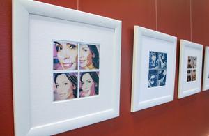 Alexandra Pascalidou och andra starka kvinnor porträtteras konstnärligt av Marcel K Bisdorf.