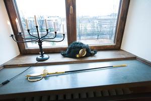Värjan och mössan hittade tidigare landshövdingen Barbro Holmberg i ett förråd.