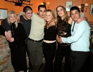 År 2001. Emily Kandell, Diyar Komby, Vienar Roaks, Ann-Sofie Pettersson, Alexandra Naaman och Mattias Nas på Konrad.