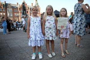 Kompisarna Ellen Karlsson, Agnes Sahlin och Alice Såthe  hade åkt från Härnösand för att kolla in idolerna.