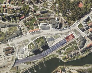 Den vita linjen ramar in området som ingår i utredningen för södra stadskärnan, där bland annat stationsområdet och Nyköpingsvägen ingår. Det blå området är Trafikverkets mark med tågspåren och det röda området den så kallade bytespynkten och stationsmiljön som bland annat innefattar landstingets planering av den paviljong som är viktig för ett nytt resecentrum.Foto: Södertälje kommun