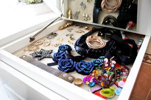 Ordning och reda bland de smycken som skänker Åsa glädje.