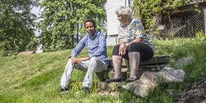 Daniel Kibrom och Inger Eriksson i Skinnskatteberg är språkvänner. De träffas flera gånger i veckan för att prata så att Daniel kan lära sig språket ännu bättre.