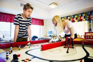 Simon Johnsson och Frida Jonsson från Nyheden programmerar roboten så den ska åka som de vill.