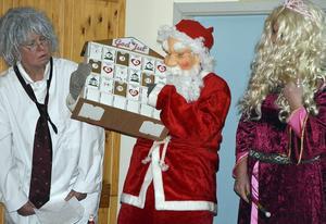 Professorn, tomten och födelsedagsprinsessan berättar om de förlorade siffrorna på julkalendern.