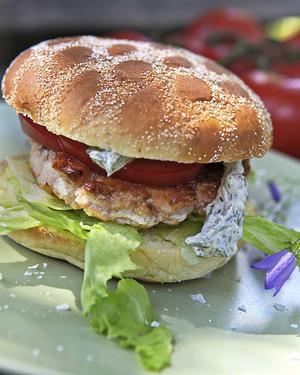 Hemlagade fiskburgare kan ätas på tallrik eller som här i hamburgerbröd med dressing och grönsaker.   Foto: Dan Strandqvist