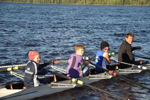 Lassi Karonen hjälpte barnen ro de 2000 metrarna.