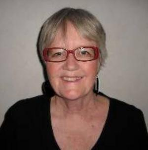 """Ann-Marie Wikander, 62,  är bosatt i Tierp men har rötternai Lidsjöberg i norra Jämtland. Det mesta av dialogen i hennes debutroman """"Sigrid– röd som skam"""" är skrivet på jamska."""