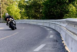 Att anpassa hastigheten efter väg och väglag är en lämplig tumregel när man kör i kurvor. Foto: Pontus Lundahl/TT