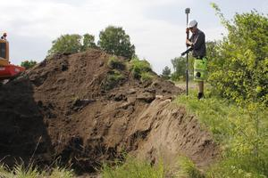 Allt arbete dokumenteras noga. Här är det arkeologen Johnny Rönngren som gps-mäter vid en av groparna.