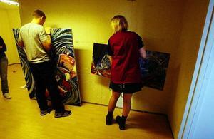Hanna Lindström, Sara  Andersson och Mikaela Eliasson ställer ut sin konst på ett provisoriskt galleri på Brunnsgränd – som del i ett projektarbete på Vittraskolan.
